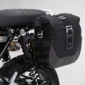 Kit completo borse laterali SW-Motech Legend Gear LC2 sx (13,5 lt) + telaio laterale SLC (sx) per TRIUMPH Scrambler 1200 XC / XE