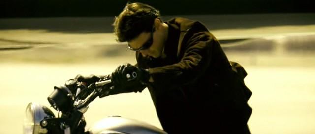 La moto nel film è un incrocio tra bonneville e scrambler