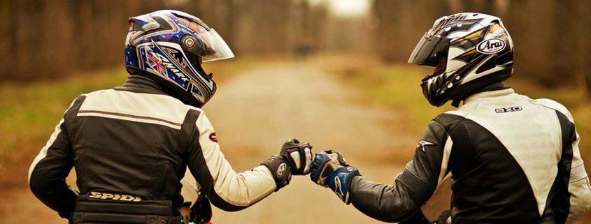 I gesti e i saluti tra motociclisti