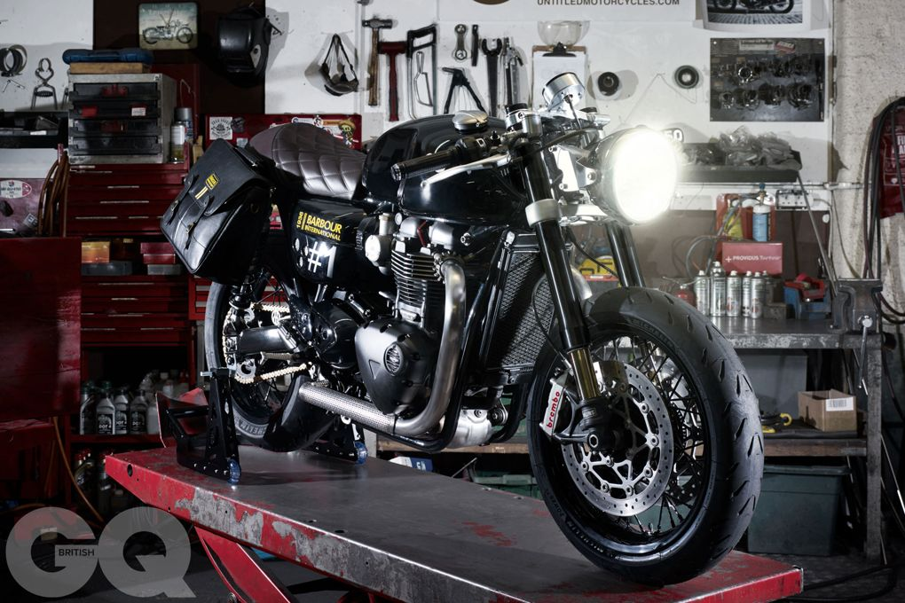 La Triumph Thruxton 1200 by Barbour International e British GQ in officina