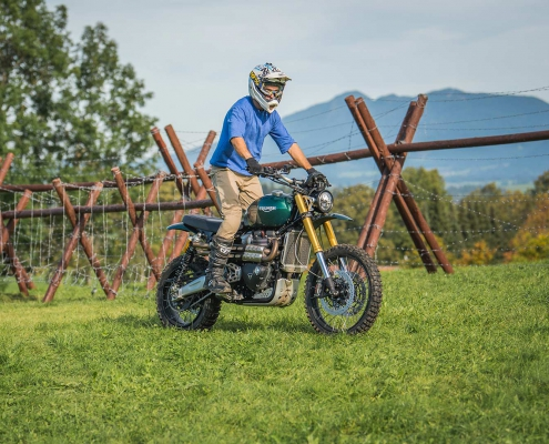 Guy Martin in sella alla Triumph Scrambler XE