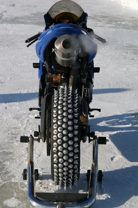 La ruota posteriore della Triumph Daytona chiodata